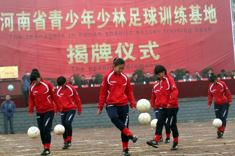 Students playing soccer at the opening ceremony of the Kung Fu soccer base.(CFP Photo)